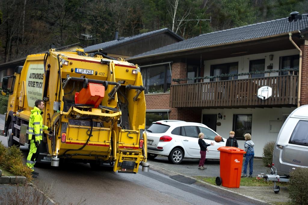 Volvo показала работу беспилотного мусоровоза в городских условиях