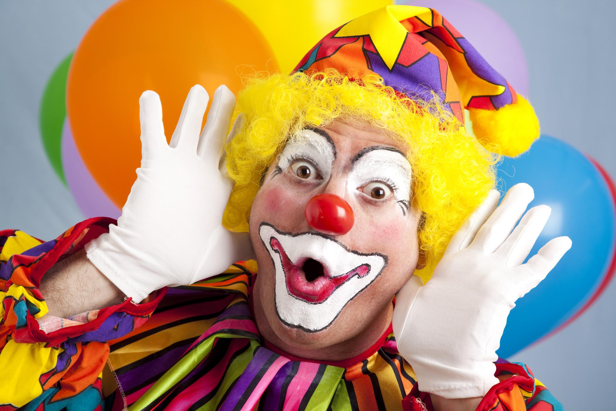 Мужчина привел клоуна на разговор о своем увольнении. Клоун делал пуделей  из шариков и изображал плач - Inc. Russia
